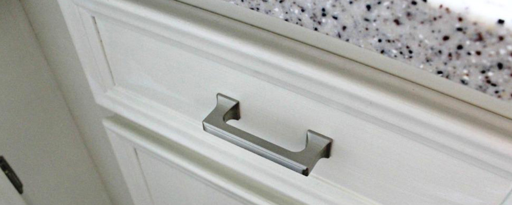 1 silver kitchen cabinet handle